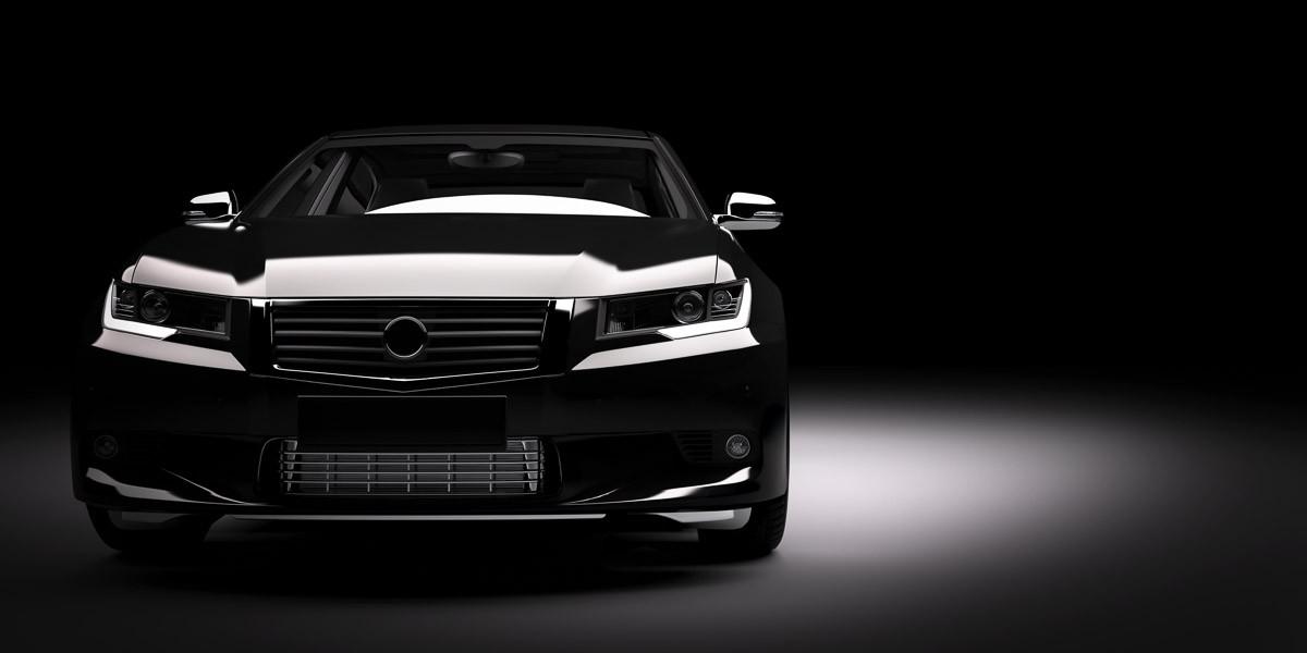 Schwarzes Auto im Rampenlicht