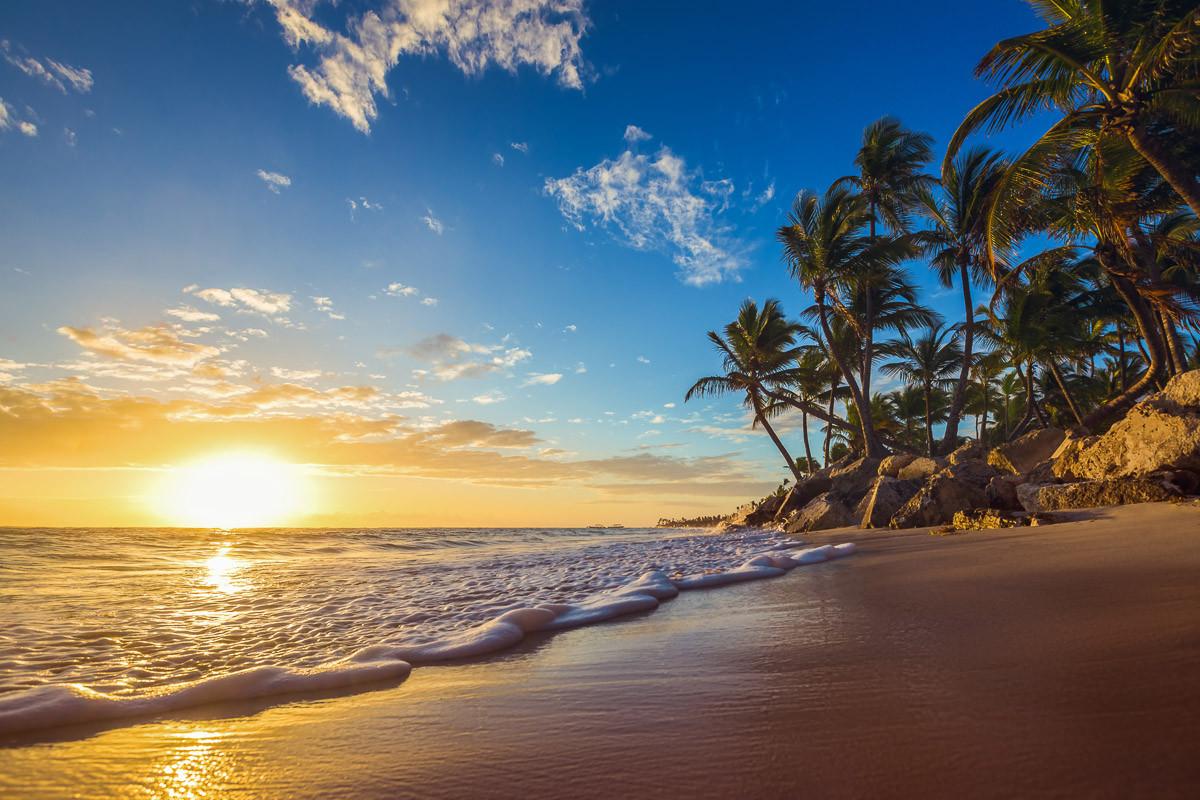 Tropisch im Strand Sonnenaufgang