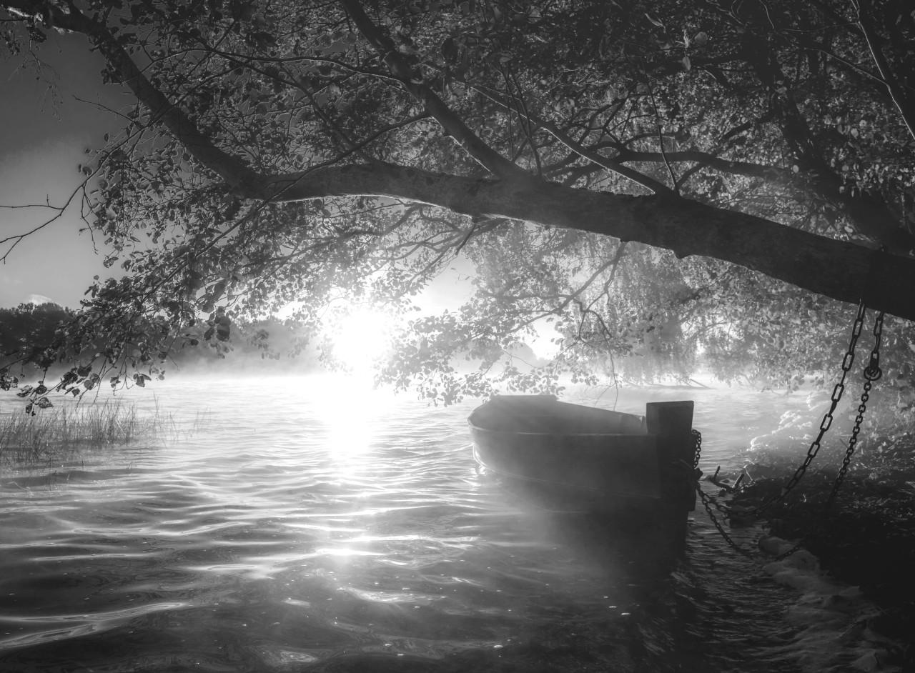 Boot im Wasser Schwarz & Weiß