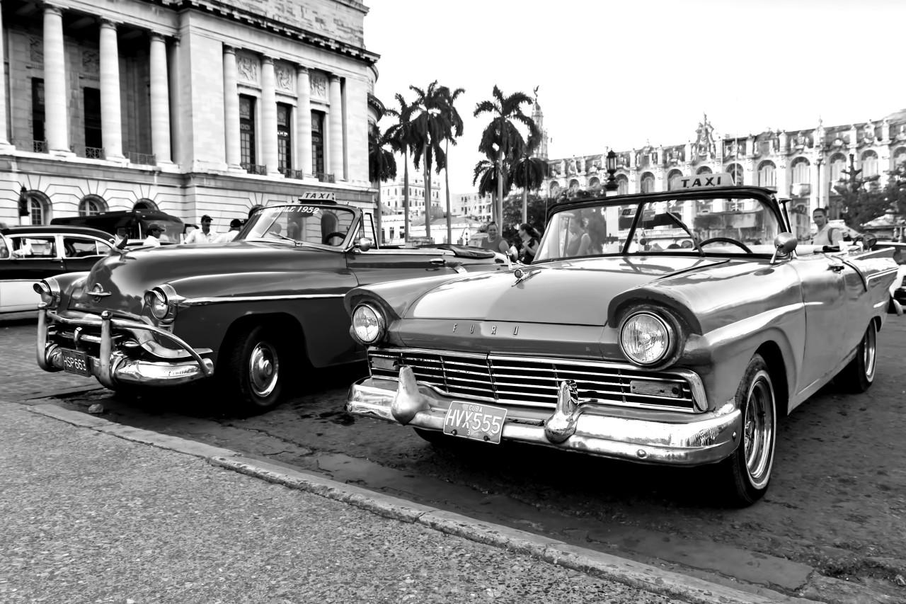 Autos Schwarz & Weiß