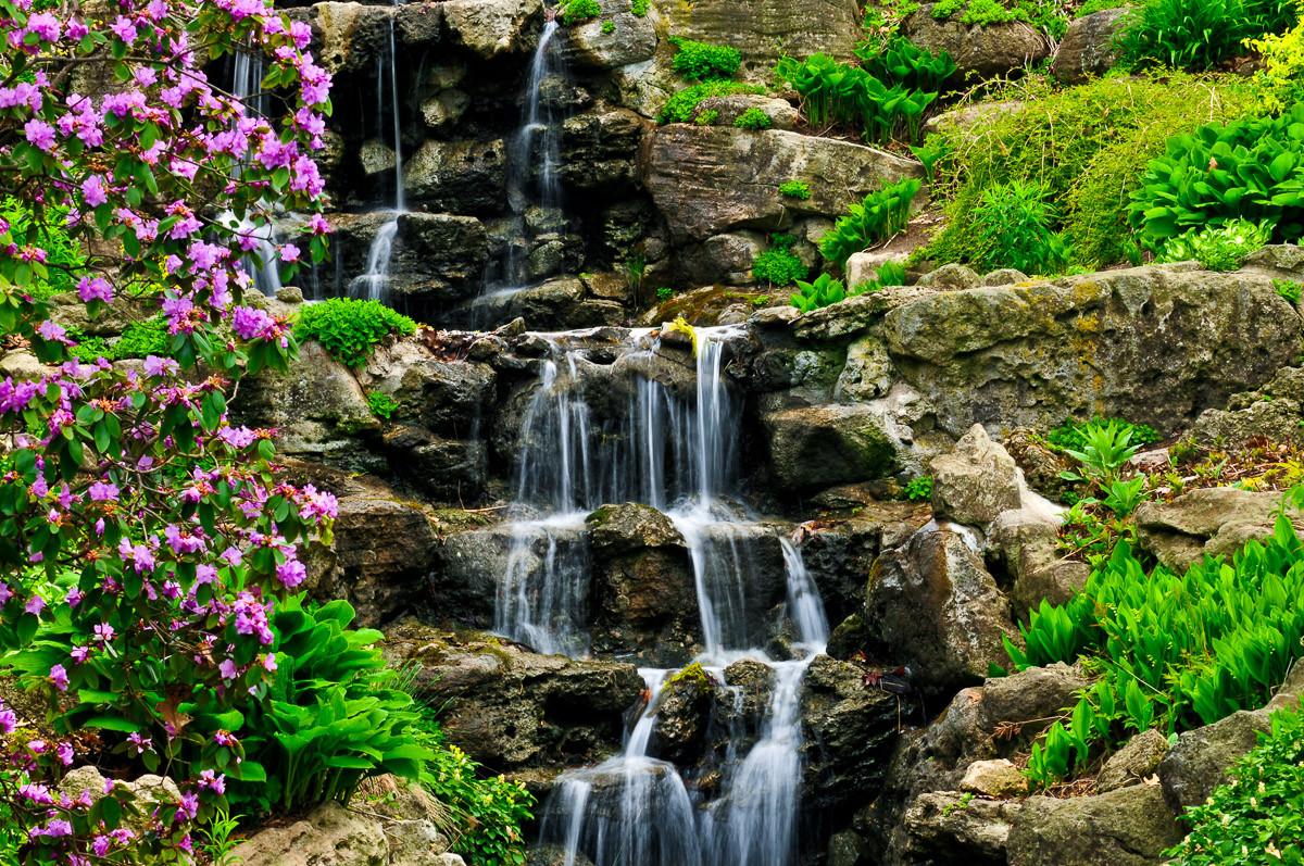 Kaskadierender Wasserfall