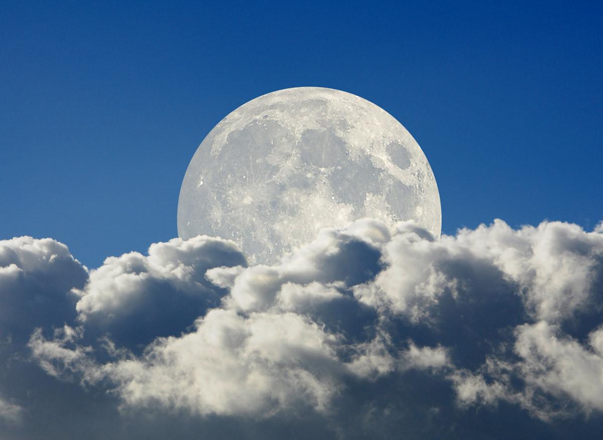 Großer Mond und Wolken