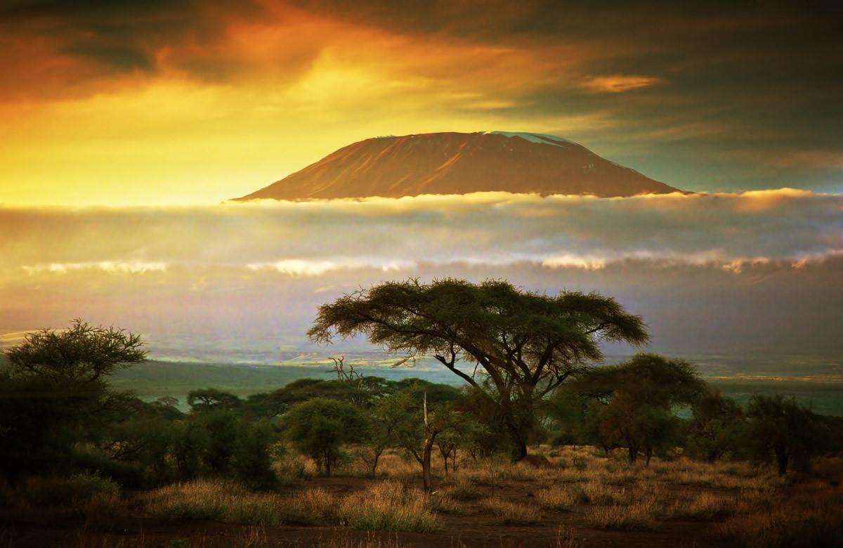 Kilimandscharo und Wolken