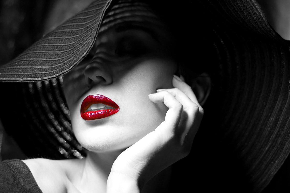 Schwarz Weiße Frau mit roten Lippen