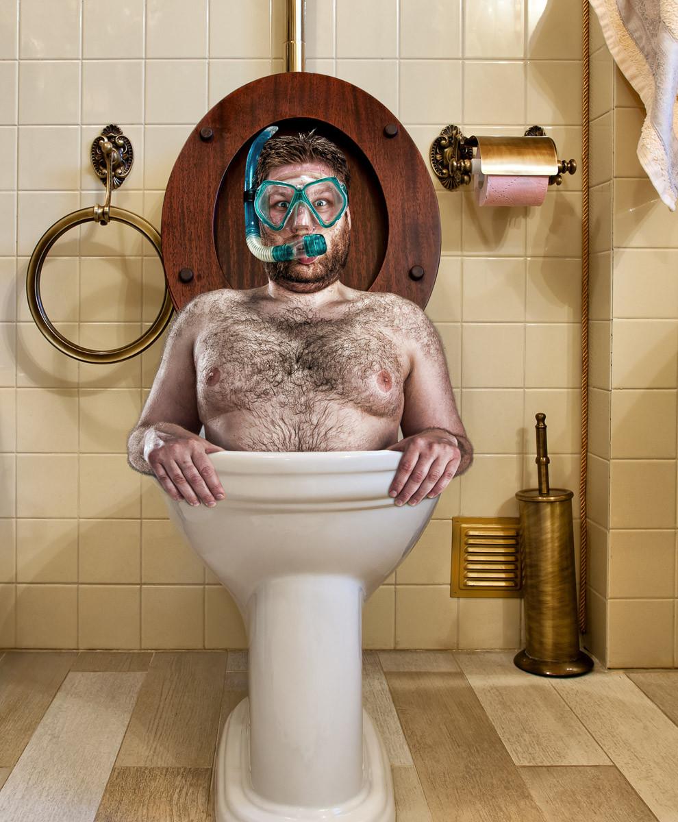 Mann in Toilette